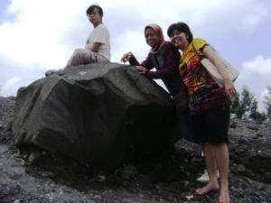 ini batu magma yg terlontar....