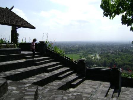 bukit ini dapat diakses dari dua arah dari utara dan selatan, namun kebanyakan wisatawan melalui arah selatan karena kendaraan dapat langsung naik keatas bukit sampai di pelataran plasa wisata.