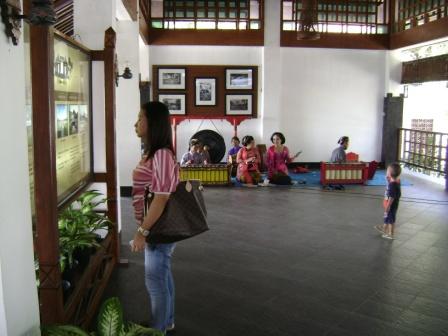 taman wisata ratu boko hanya berjarak kurang lebih 30 menit dari pusat kota jogja.