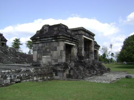 diperkirakan dibuat antara tahun 700-800 masehi (wangsa sailendra) untuk tempat para bhiksu agama Budha, namun periode berikutnya juga difungsikan sebagai tempat kegiatan agama Hindu.