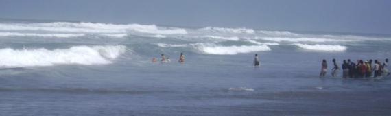 laut bergejolak beberapa menit......